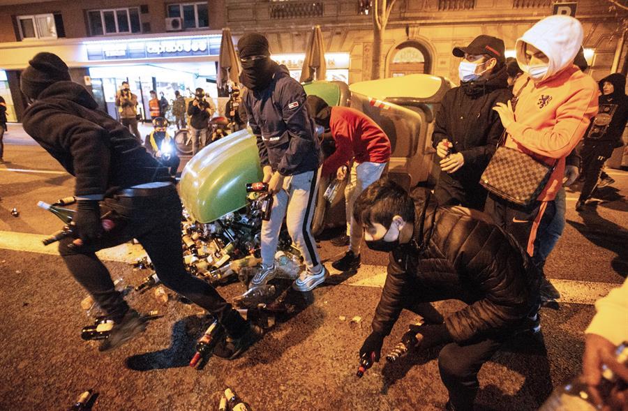 Manifestantes se disponen a lanzar botellas a la policía durante la protesta contra la detención y prisión del rapero Pablo Hasel, hoy martes en Barcelona / EFE