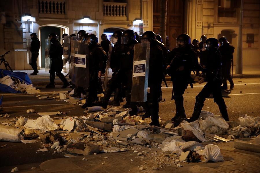 Agentes antidisturbios actúan tras una concentración en apoyo a Pablo Hasél, el rapero condenado a 9 meses de prisión por enaltecimiento del terrorismo e injurias a la corona, este martes en Barcelona