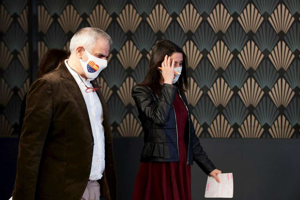 El candidato a la presidencia de la Generalitat por Ciudadanos Carlos Carrizosa (i) y la presidenta del partido Inés Arrimadas comparecen para valorar los resultados electorales, hoy domingo en Barcelona. EFE/Alejandro García