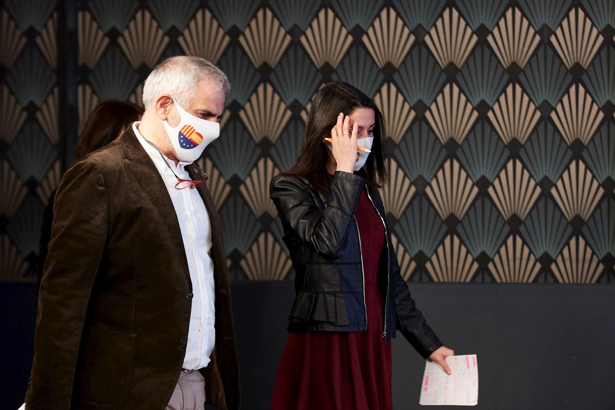 El candidato de Ciudadanos a las elecciones catalanas, Carlos Carrizosa, y la presidenta del partido, Inés Arrimadas, antes de comparecer para valorar los malos resultados obtenidos el 14-F | EFE/AG