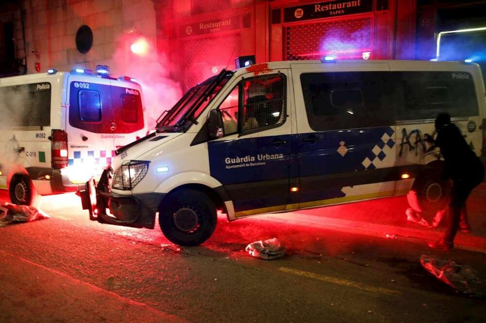Los manifestantes atacan la comisaría de La Rambla con cócteles molotov durante la marcha para pedir la libertad de Pablo Hasel, hoy sábado en Barcelona. EFE/Alejandro García