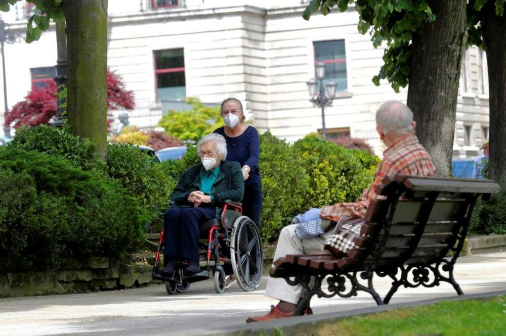Una mujer cuida de una anciana dependiente./ EFE