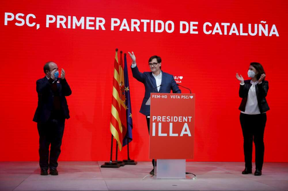 El candidato del PSC, Salvador Illa, celebra el resultado de las elecciones catalanas del 14-F con el secretario del partido, Miquel Iceta, y la número dos, Eva Granados, en Barcelona | EFE/TA