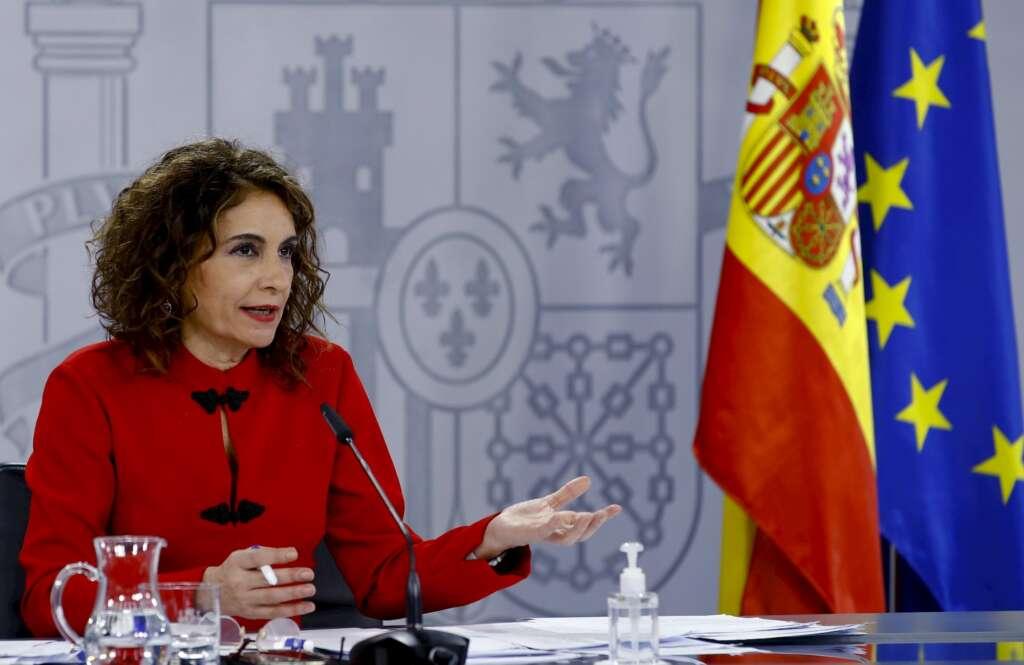 La ministra portavoz del Gobierno, María Jesús Montero, comunica en rueda de prensa la suspensión del tráfico aéreo con Brasil y Sudáfrica tras el Consejo de Ministros. EFE/Ballesteros
