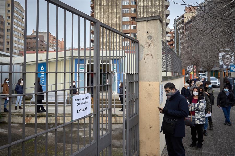 Una cola en Cataluña de personas que aguardan su turno para la vacunación contra el coronavirus / EFE