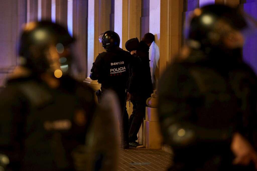 Un Manifestante es detenido por los Mossos D´Esquadra, esta noche en el centro de Barcelona, en una nueva manifestación por la libertad de Pablo Hasel. EFE/Alejandro García