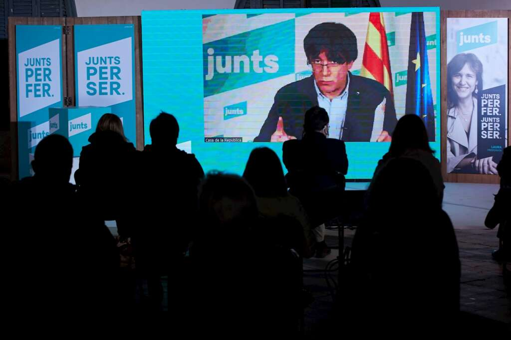 El expresidente catalán Carles Puigdemont participa telemáticamente en un acto de JxCat en Terrassa (Barcelona), el 2 de febrero de 2021   EFE/AG