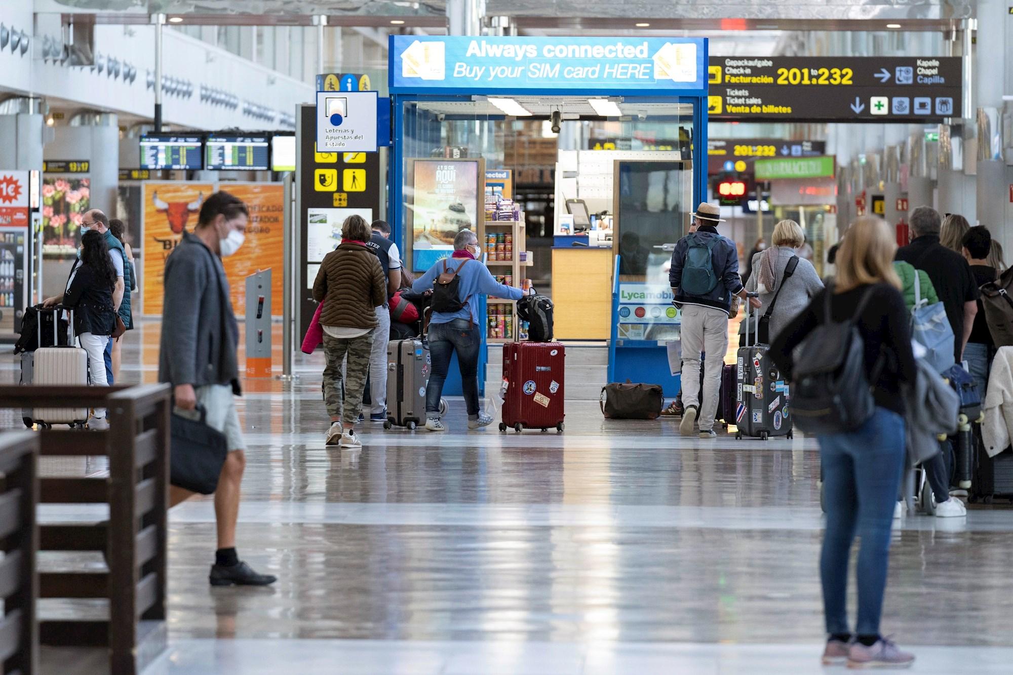 Llegada de turistas al aeropuerto de Tenerife Sur, en el municipio de Granadilla de Abona (Tenerife). EFE/Miguel Barreto