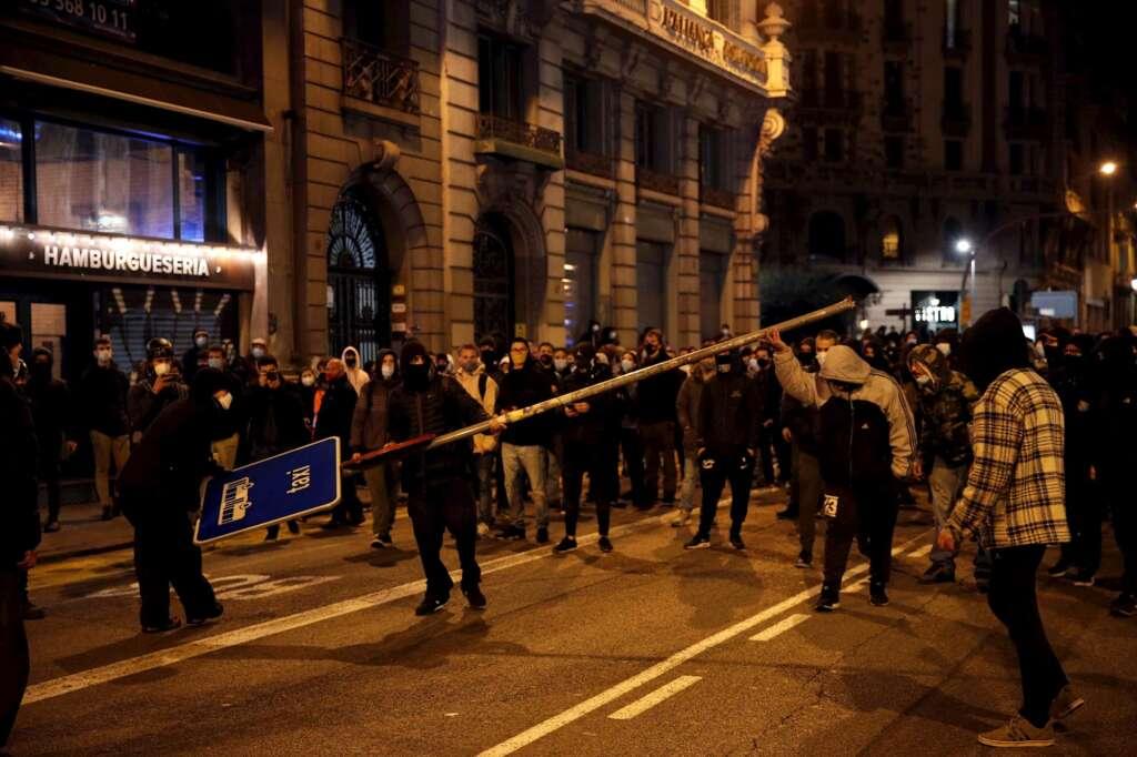 Manifestantes se enfrentan a la policía en la Vía Layetana de Barcelona en la sexta noche de disturbios tras la detención de Pablo Hasél. EFE