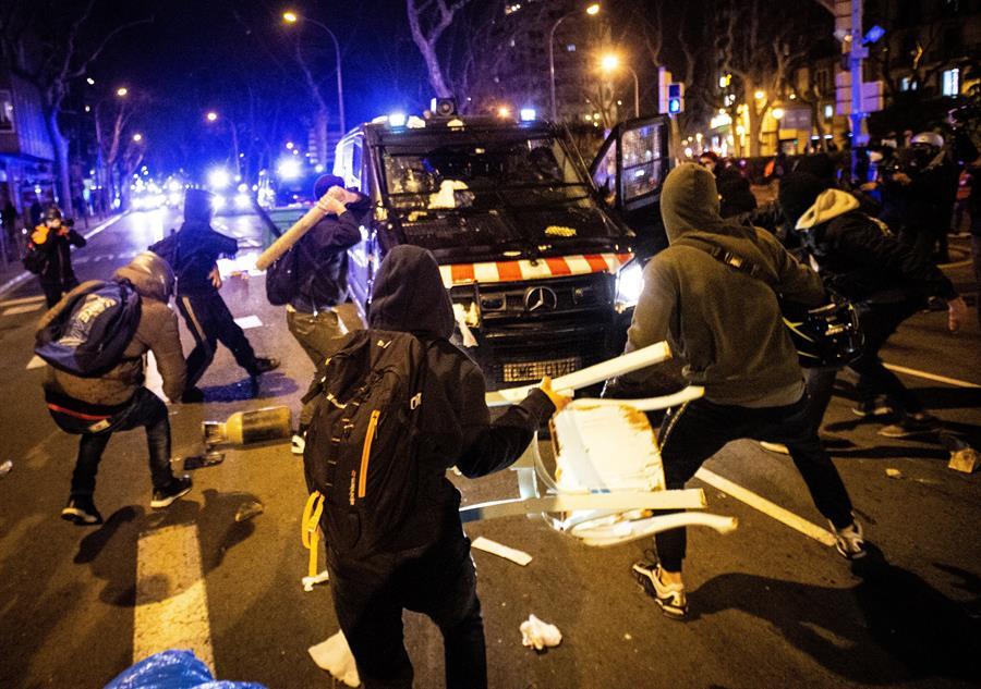 Altercados en la manifestación de protesta por la detención del rapero Pablo Hasel, que ayer ingresó en prisión, condenado por delitos de enaltecimiento del terrorismo e injurias a la Corona, este miércoles en Barcelona. EFE/Enric Fontcuberta