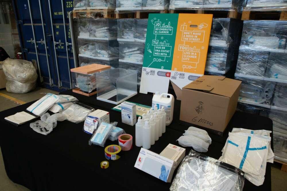 Detalle de uno de los kits electorales para las elecciones catalanas del 14F, con desinfectante, guantes y equipos de protección individual. EFE/Enric Fontcuberta/Archivo
