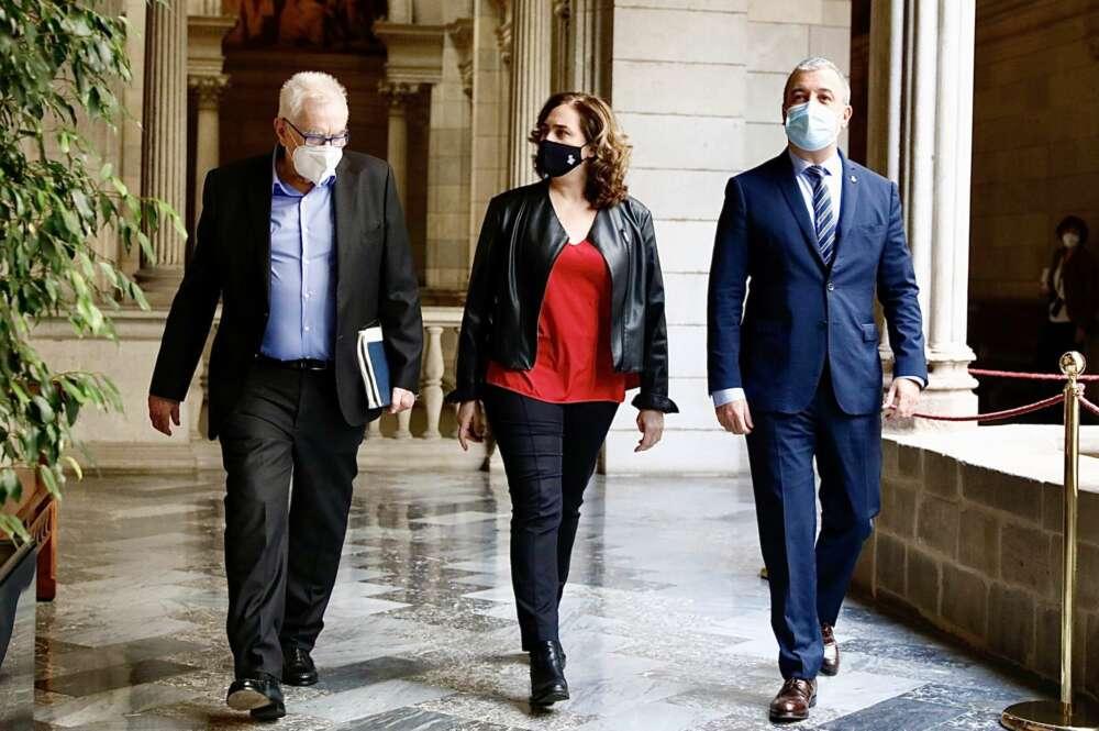 El líder de ERC en Barcelona, Ernest Maragall; la alcaldesa Ada Colau; y el primer teniente de alcalde, Jaume Collboni, tras firmar el acuerdo para invertir 30 millones de euros en diez distritos de la ciudad, el 23 de febrero de 2021 | Ayuntamiento de Barcelona