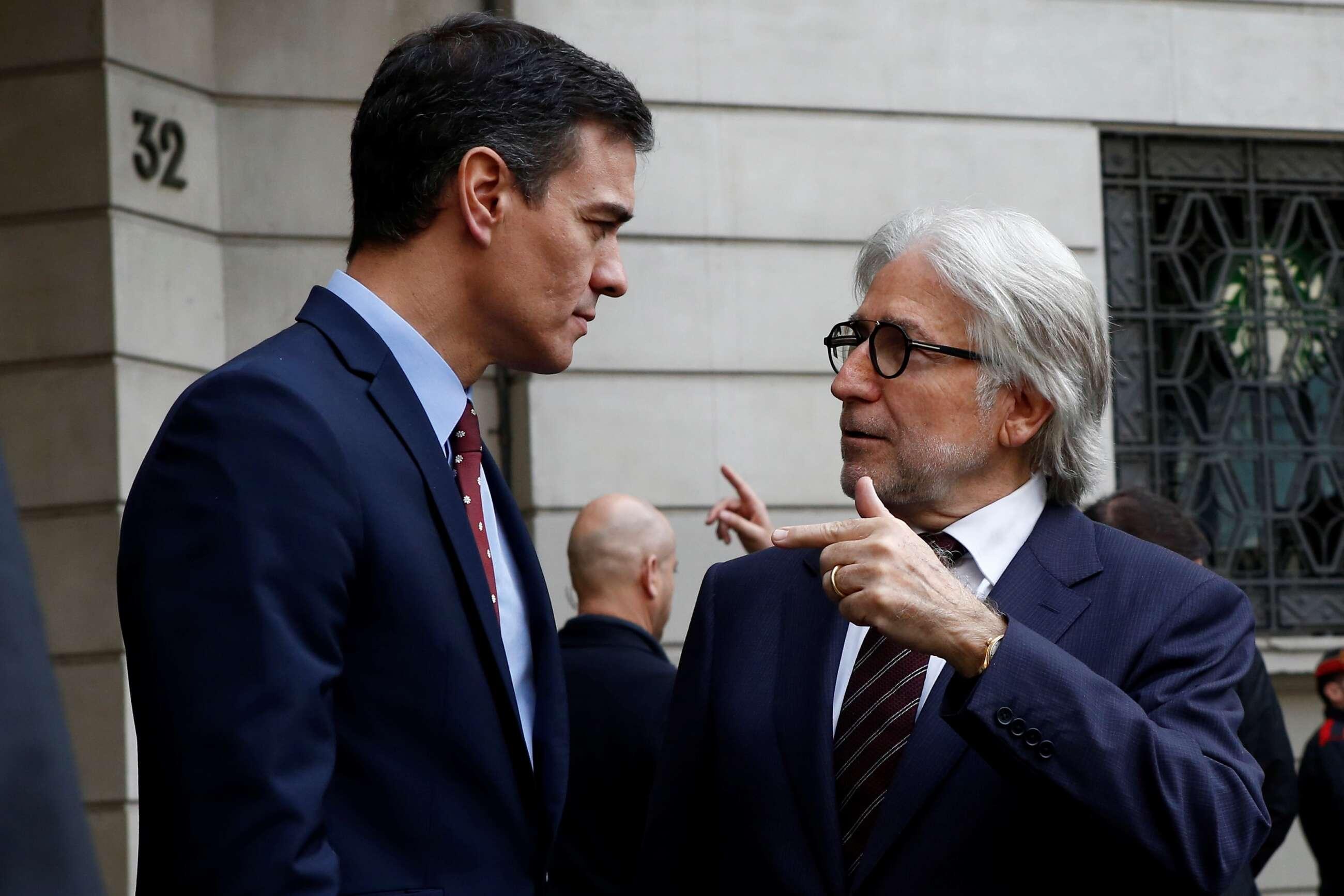 Josep Sánchez-Llibre con Pedro Sánchez en una visita del presidente a Foment en febrero de 2020. EFE
