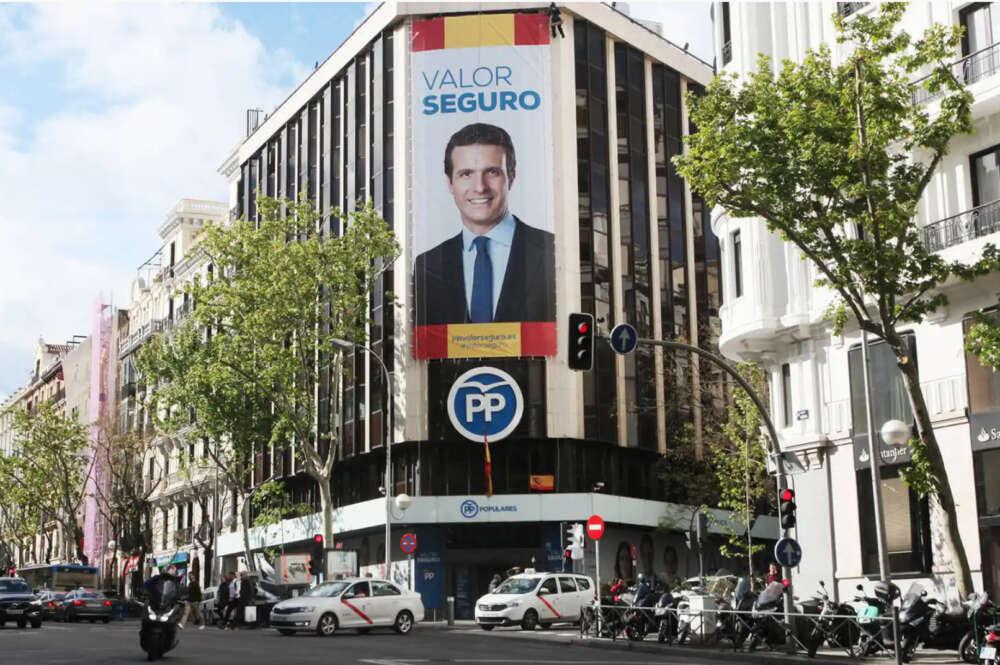La sede del PP de la calle Génova con la imagen de Pablo Casado en una imagen de archivo   EFE