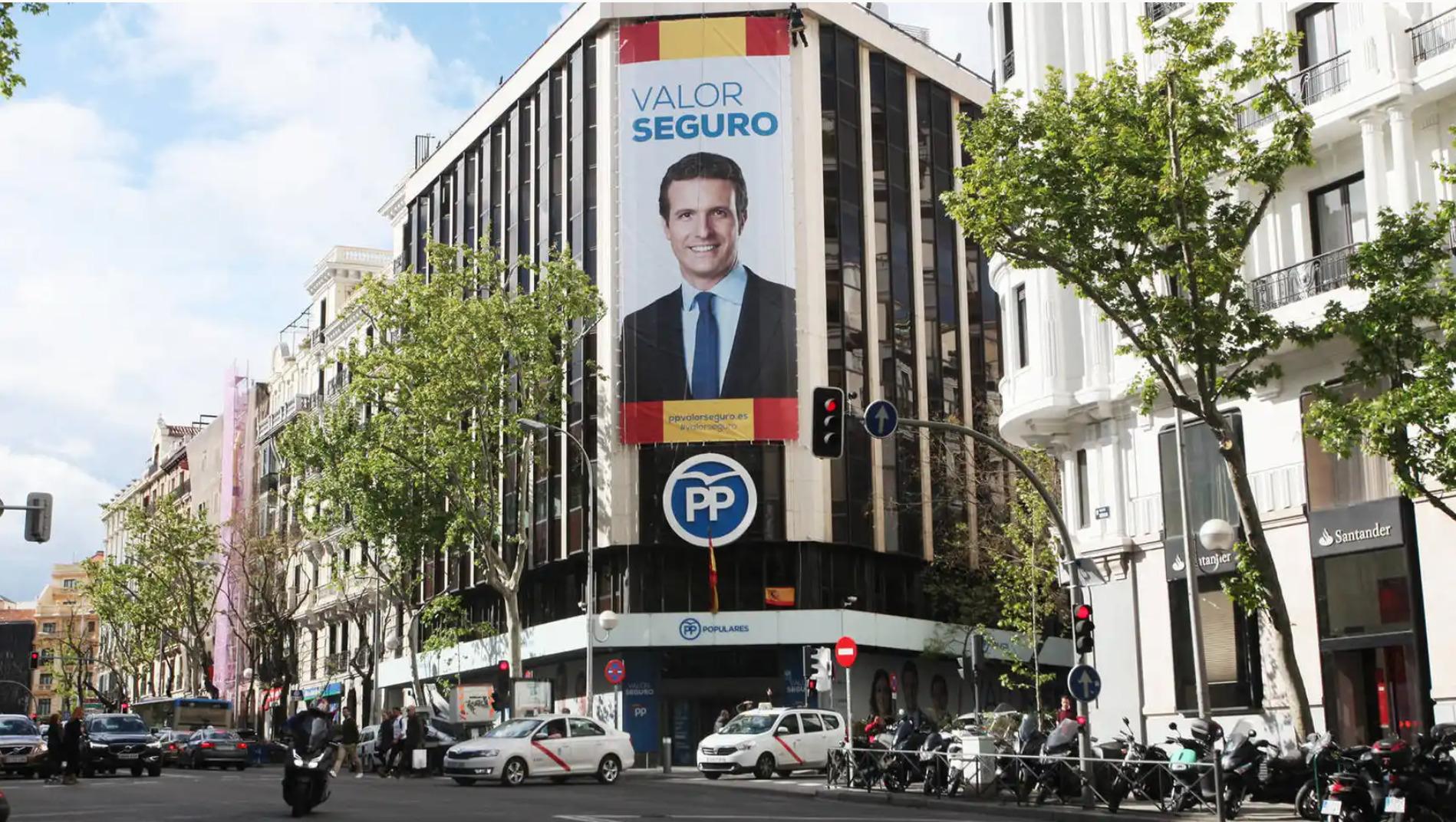 La sede del PP de la calle Génova con la imagen de Pablo Casado en una imagen de archivo | EFE