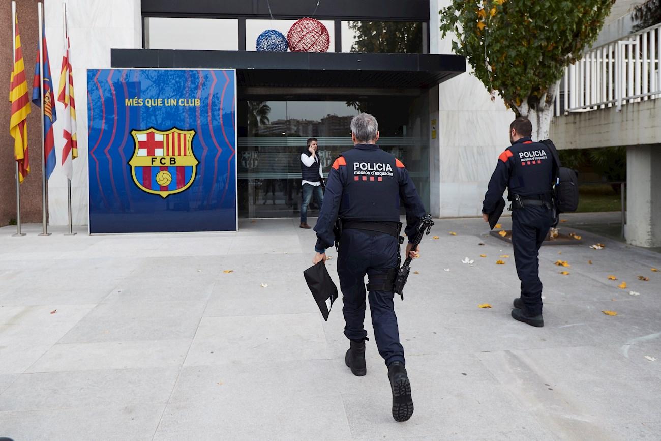 Dos miembros del cuerpo de los Mossos d,Esquadra, se dirigen a las oficinas del FC Barcelona. EFE/Archivo