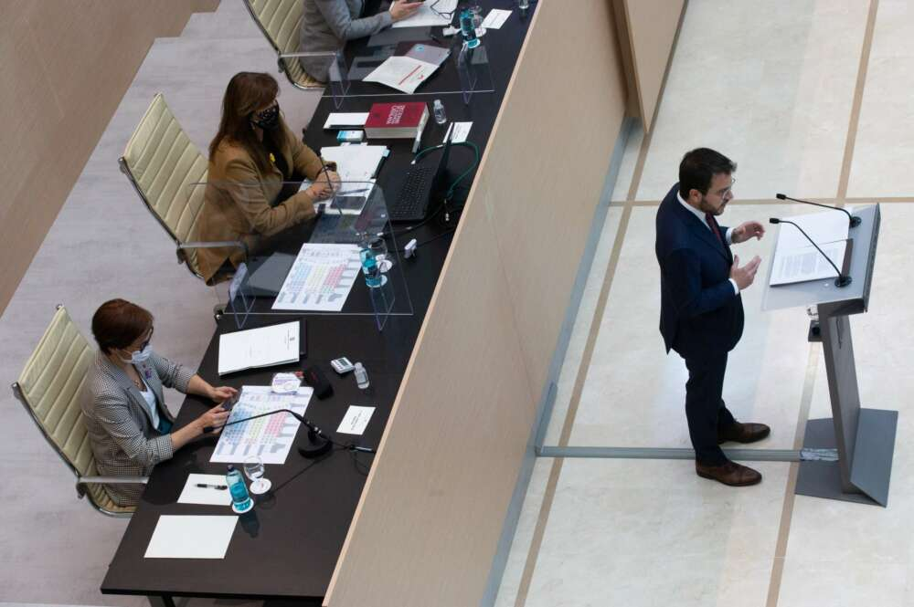 El candidato de ERC a la presidencia de la Generalitat, Pere Aragonès (d), en el Auditori del Parlament de Catalunya, durante su primera intervención en el debate de investidura. EFE/Enric Fontcuberta POOL