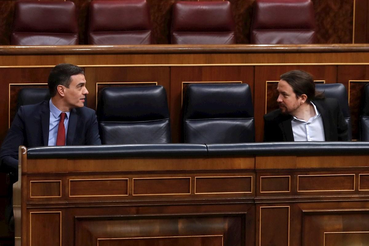El presidente del Gobierno, Pedro Sánchez, y el vicepresidente segundo, Pablo Iglesias, durante un pleno del Congreso | EFE/JJG/Archivo