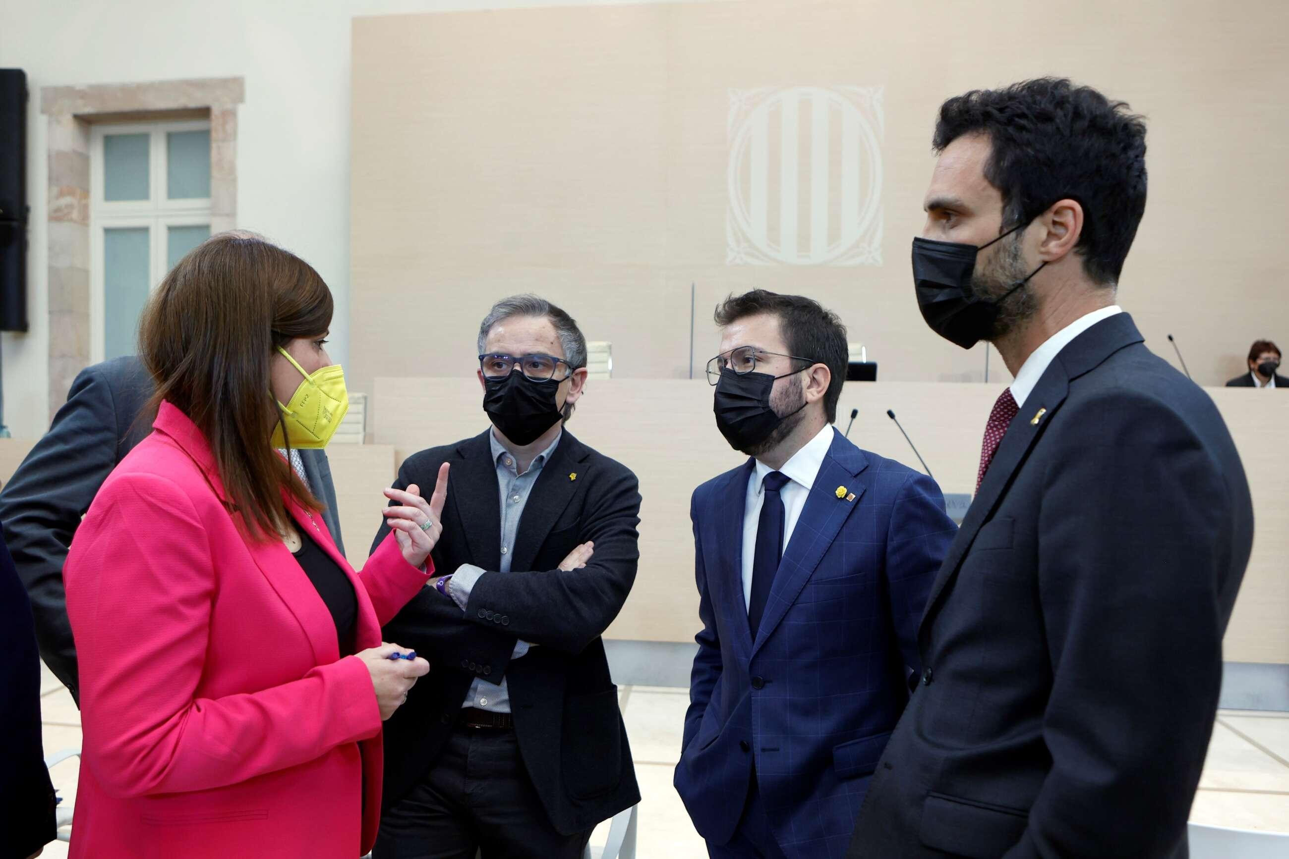 El candidato de ERC a la presidencia de la Generalitat, Pere Aragonès (2d), junto a sus compañeros Roger Torrent (d) y Josep Maria Jové (3d), conversan con la diputada de JxCat Gemma Geis (i), poco antes del comienzo del segundo debate de investidura de Aragonès. EFE/Quique García POOL