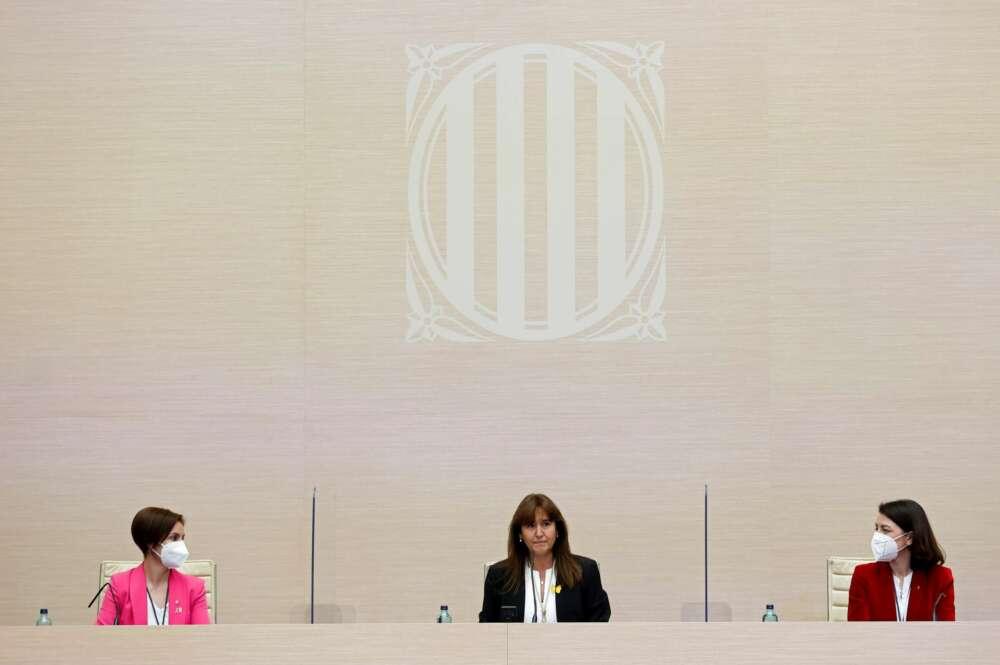 La nueva presidenta del Parlament Laura Borràs de JxCat (c) junto a las nuevas vicepresidentas Anna Caula de ERC (i) y Eva Granados del PSC (d) tras ser elegidas este viernes en su cargos