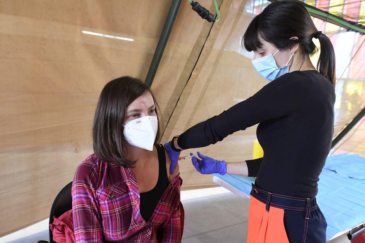 Una enfermera administra la vacuna de Astrazeneca en León, el 24 de marzo de 2021 | EFE/JC