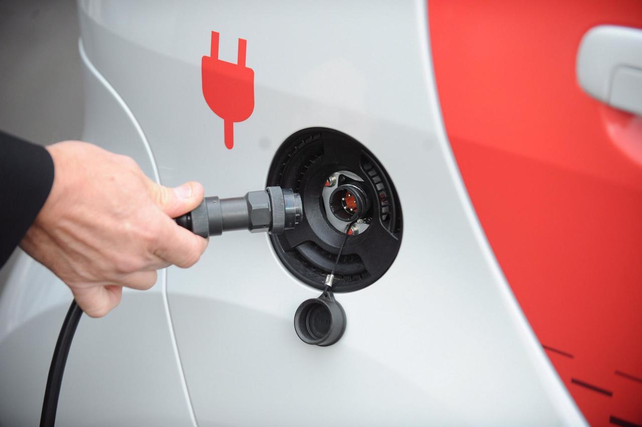 Imagen de archivo de la carga de un coche eléctrico. / EFE
