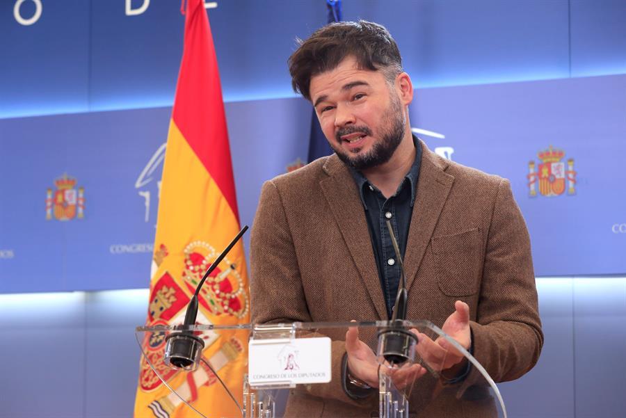 El diputado de ERC Gabriel Rufián durante la rueda de prensa ofrecida este martes en el Congreso. EFE/Fernando Alvarado