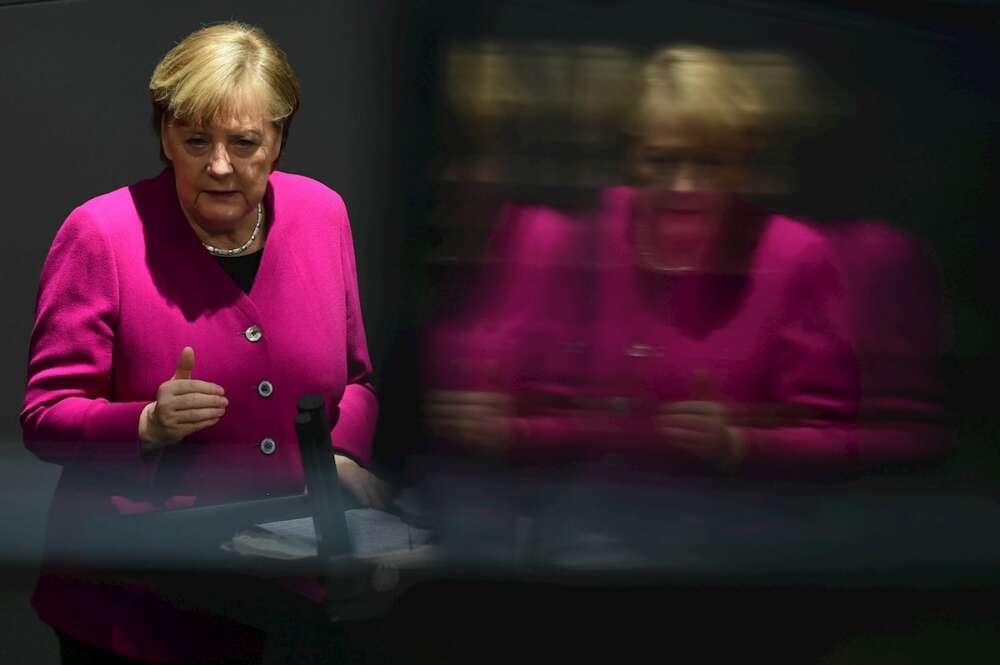 """La reunión entre Merkel, los líderes regionales y los titulares de Sanidad del gobierno federal y de los 16 """"Länder"""" se convocó después de que varios estados federados -empezando por la capital y ciudad-estado, Berlín- optaran por suspender la administración de esa vacuna a los menores de 60 años.EFE/EPA/CLEMENS BILAN"""