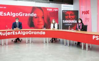 El secretario general del PSOE y presidente del Gobierno, Pedro Sánchez, se reúne en Ferraz con las vicepresidentas en el Día Internacional de la Mujer. Foto: Eva Ercolanese / PSOE