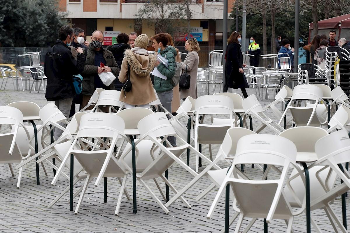 Varias personas consumen en la calle frente a las terrazas cerradas ubicadas en las inmediaciones de la Ciutat de la Justicia en L'Hospitalet de Llobregat | EFE/TA
