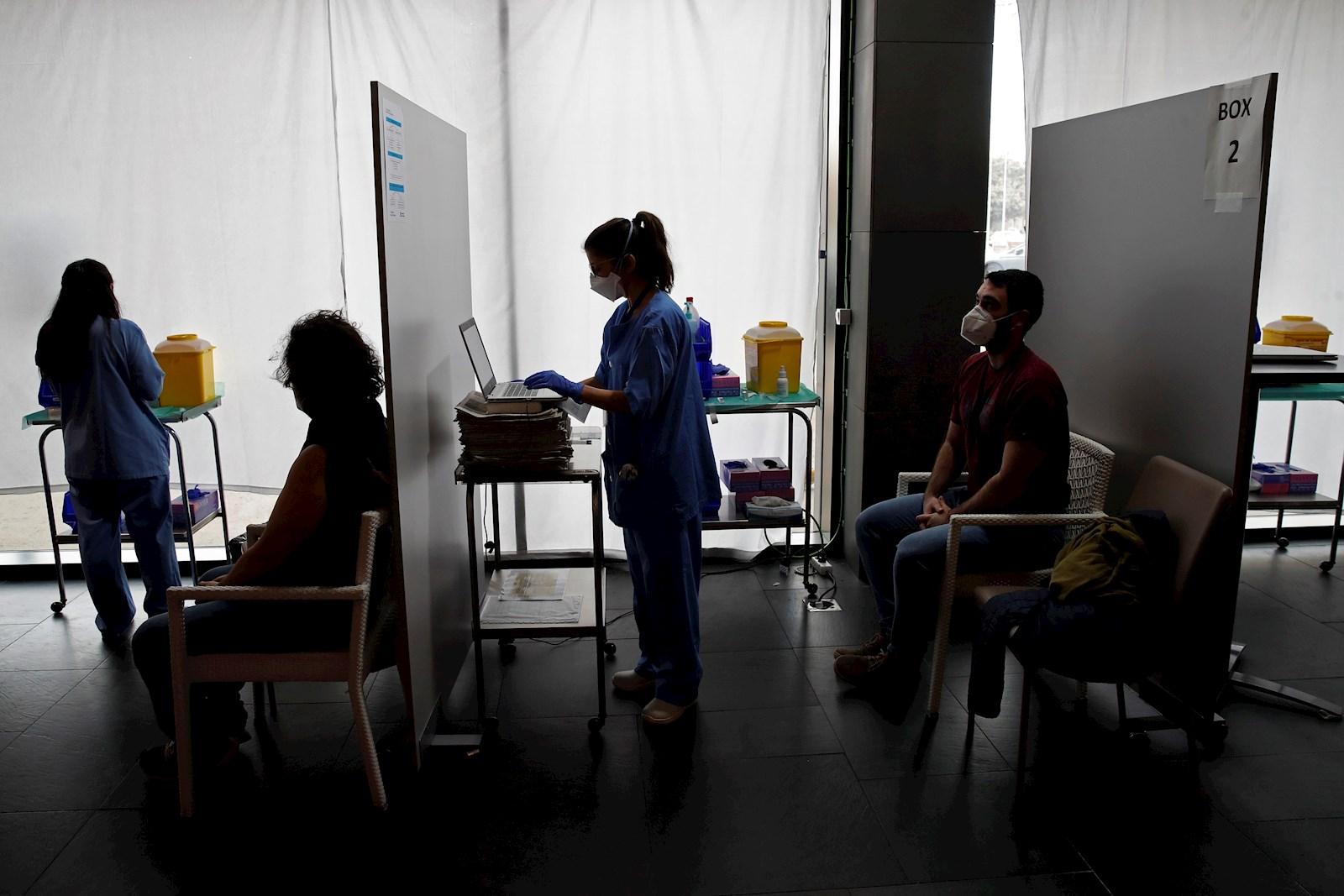 Profesionales sanitarias administran la vacuna contra la Covid-19 en Cataluña, en el primer trimestre de 2021 | EFE/TA/Archivo
