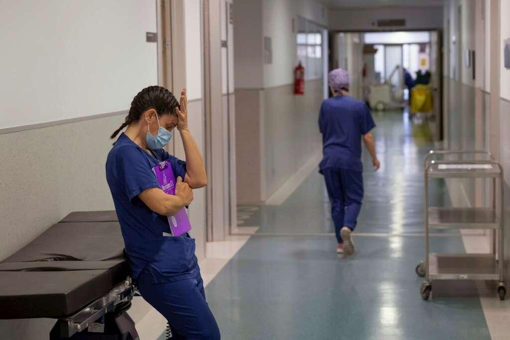 Una enfermera en una unidad de cuidados intensivos (uci). Casi nueve de cada diez profesionales de enfermería cree que la atención sanitaria ha empeorado en el último año, coincidiendo con la pandemia de Covid-19 | EFE/MG/Archivo