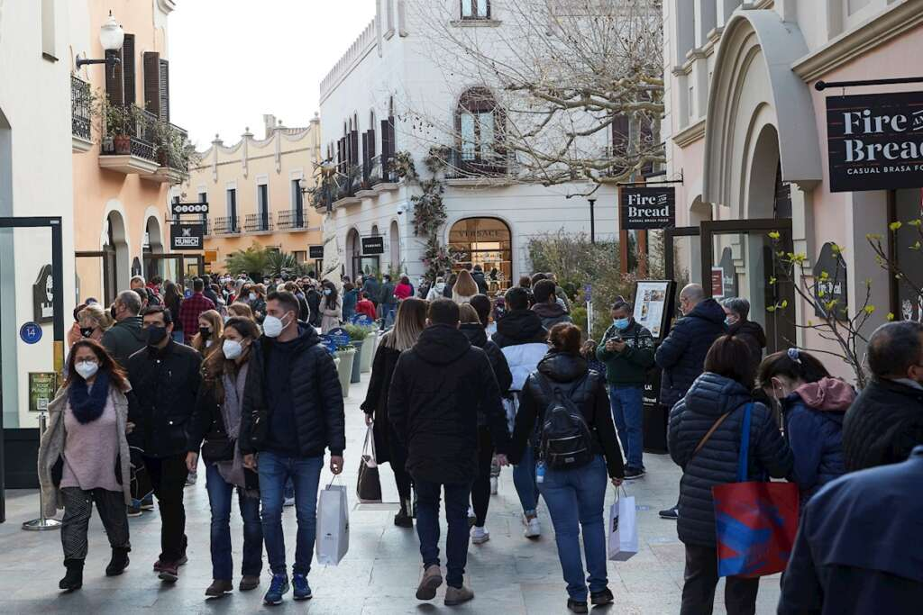 Gran afluencia de público en el centro comercial de La Roca del Vallés en el primer fin de semana en Cataluña sin confinamientos comarcales. EFE/Alejandro García
