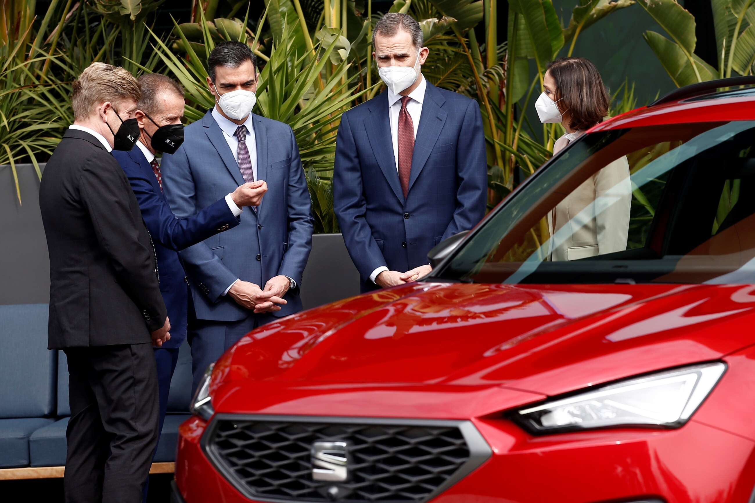 El rey Felipe VI junto al presidente del Gobierno, Pedro Sánchez (3i), el presidente del Grupo Volkswagen, Herbert Diess (2i); el presidente de SEAT y CUPRA, Wayne Griffiths (i), y la ministra de Industria, Reyes Maroto (d), durante la visita que realizan este viernes a la fábrica de SEAT en Martorell (Barcelona) con motivo del 70 Aniversario de la compañía automovilística. EFE/Quique García