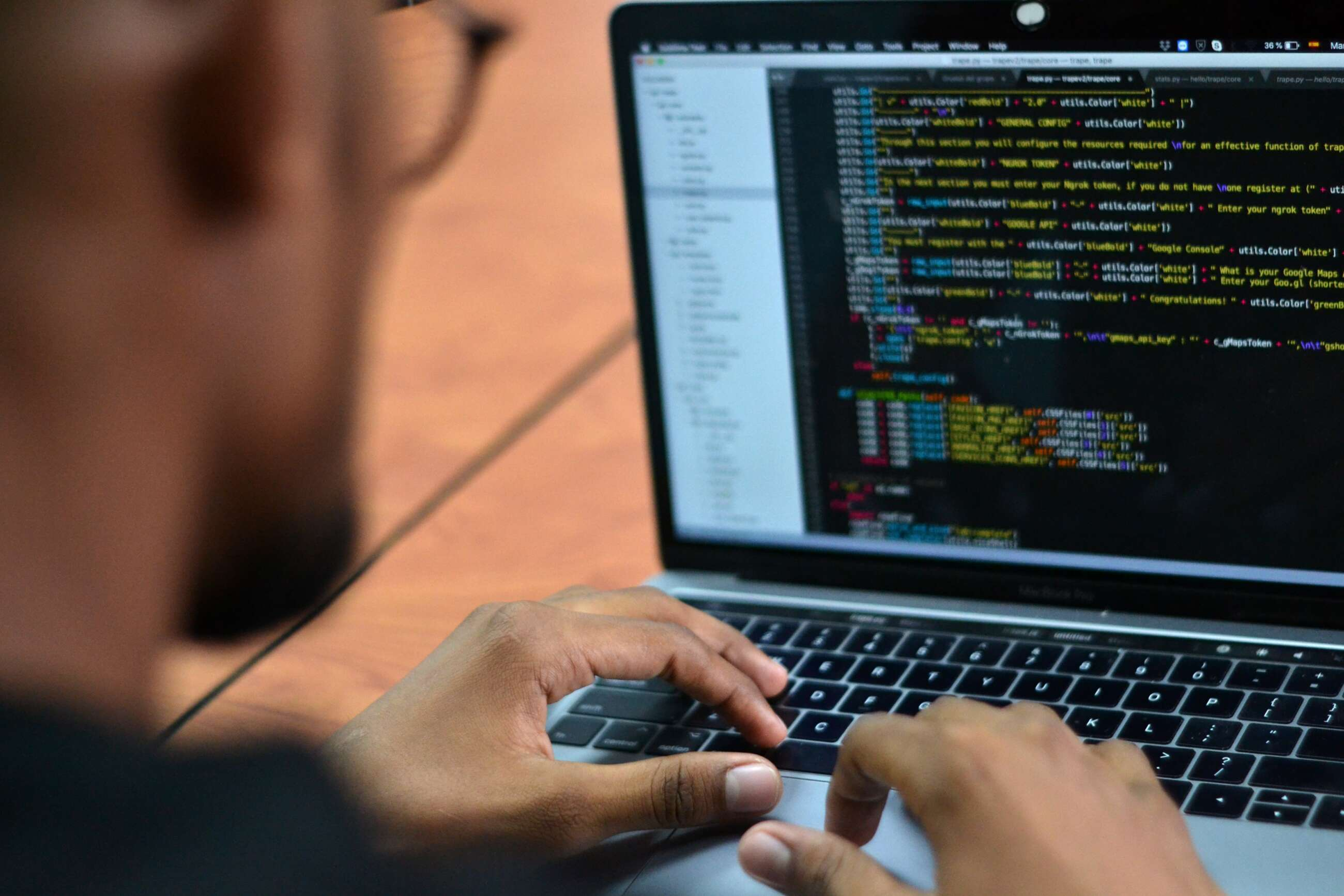 José Pino, hacker colombiano experto en ciberseguridad, revisa algunos códigos en su computador portátil. EFE