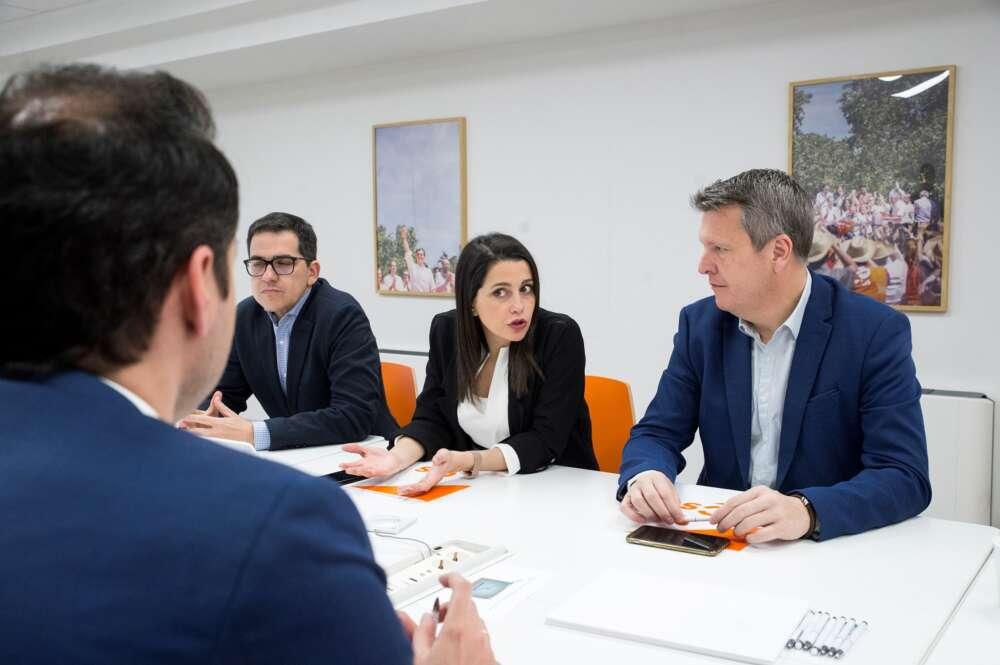 La presidenta de Ciudadanos, Inés Arrimadas, acomapañada por José María Espejo-Saavedra y Carlos Cuadrado durante una reunión del partido en marzo de 2020 | EFE/LP/Archivo