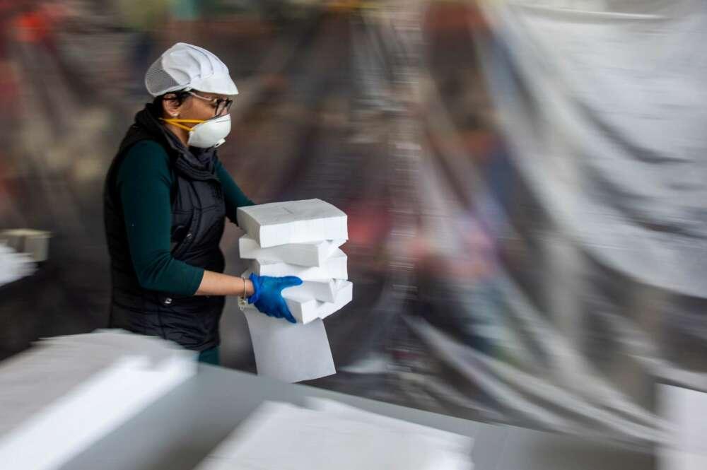 Una operaria transporta mascarillas en el Centro Tecnológico de Confección (CTC) de Talavera. EFE