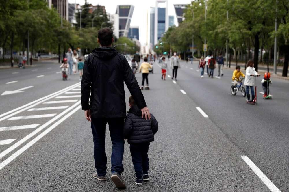 Un hombre pasea con su hijo por el Paseo de la Castellana, en Madrid, durante el primer estado de alarma por coronavirus, en mayo de 2020   EFE/Mariscal/Archivo