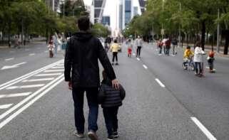 Un hombre pasea con su hijo por el Paseo de la Castellana, en Madrid, durante el primer estado de alarma por coronavirus, en mayo de 2020 | EFE/Mariscal/Archivo