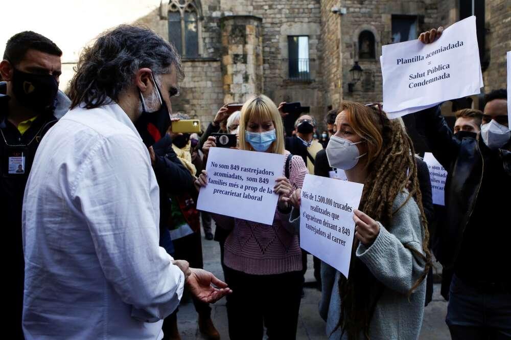 Rastreadores despedidos por la Generalitat abordan a Jordi Cuixart para protestar por su situación laboral en un acto en Barcelona el 29 de enero de 2021   EFE/QG/Archivo