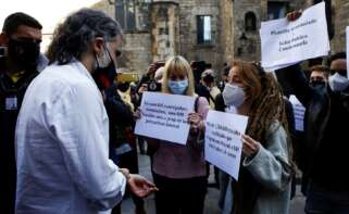 Rastreadores despedidos por la Generalitat abordan a Jordi Cuixart para protestar por su situación laboral en un acto en Barcelona el 29 de enero de 2021 | EFE/QG/Archivo