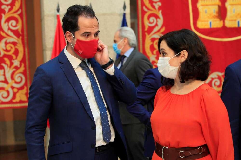 La candidata del PP, Isabel Díaz Ayuso, y el de Ciudadanos, Ignacio Aguado, conversan durante un acto cuando formaban parte del mismo Gobierno. EFE
