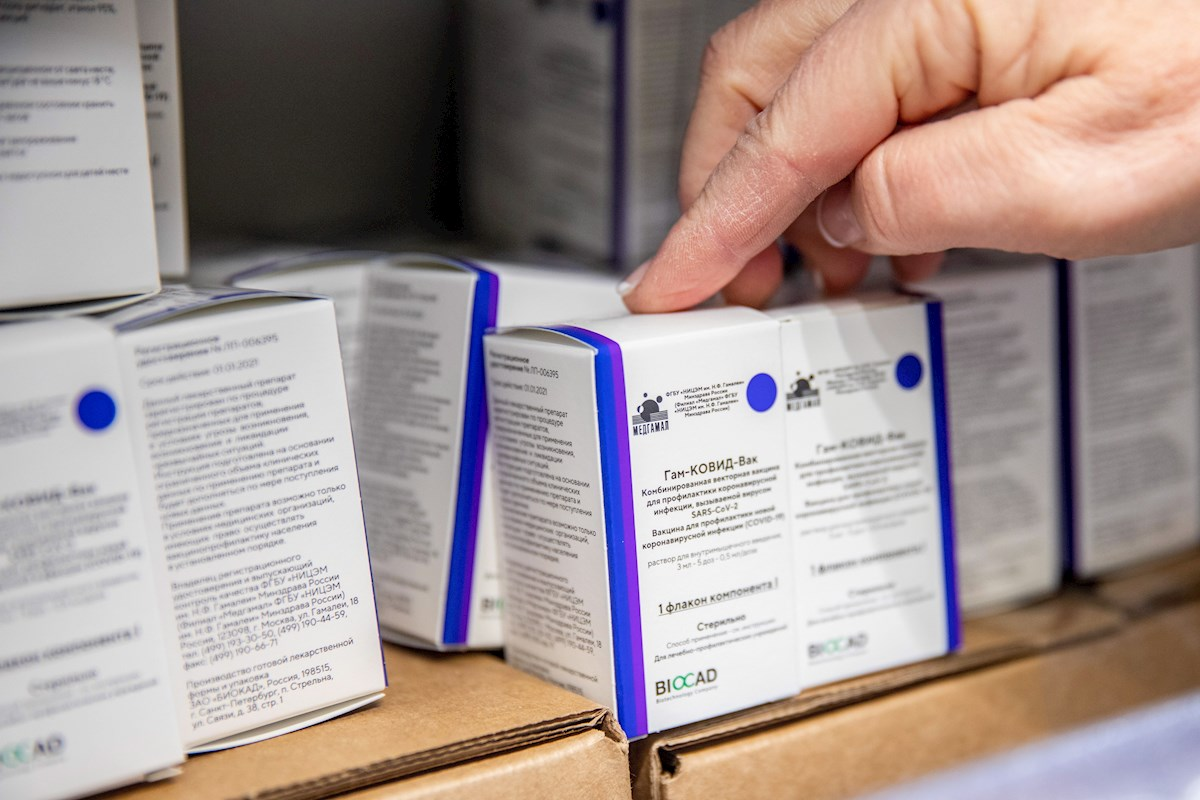 Cajas de la vacuna rusa Sputnik V. EFE/EPA/Tibor Rosta/Archivo