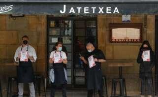 Trabajadores de un restaurante de la Parte Vieja de San Sebastián participan este martes en un paro de 10 minutos para reclamar ayudas de rescate. EFE/Juan Herrero