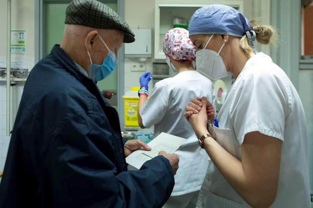 Una enfermera atiende a una persona perteneciente al grupo de vacunación de mayores de 80 años en el CAP d'Horta de Barcelona. EFE/Enric Fontcuberta/Archivo