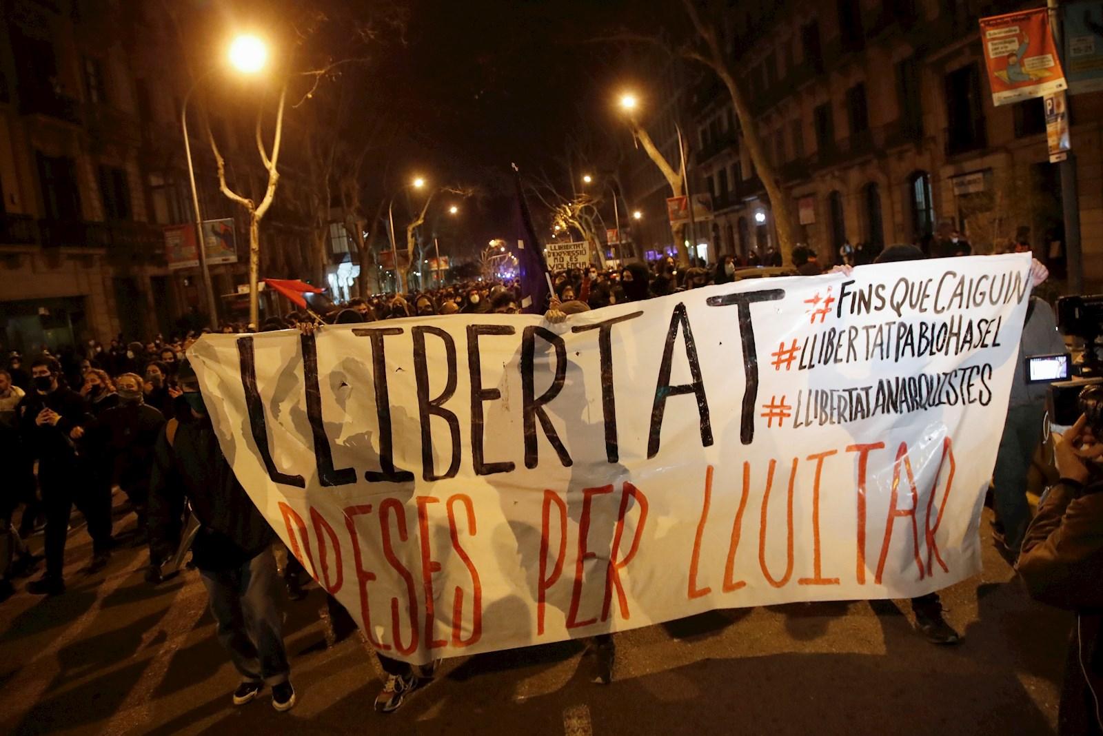 Centenares de personas se manifiestan este sábado en la plaza Tetuán de Barcelona. EFE/ Marta Pérez