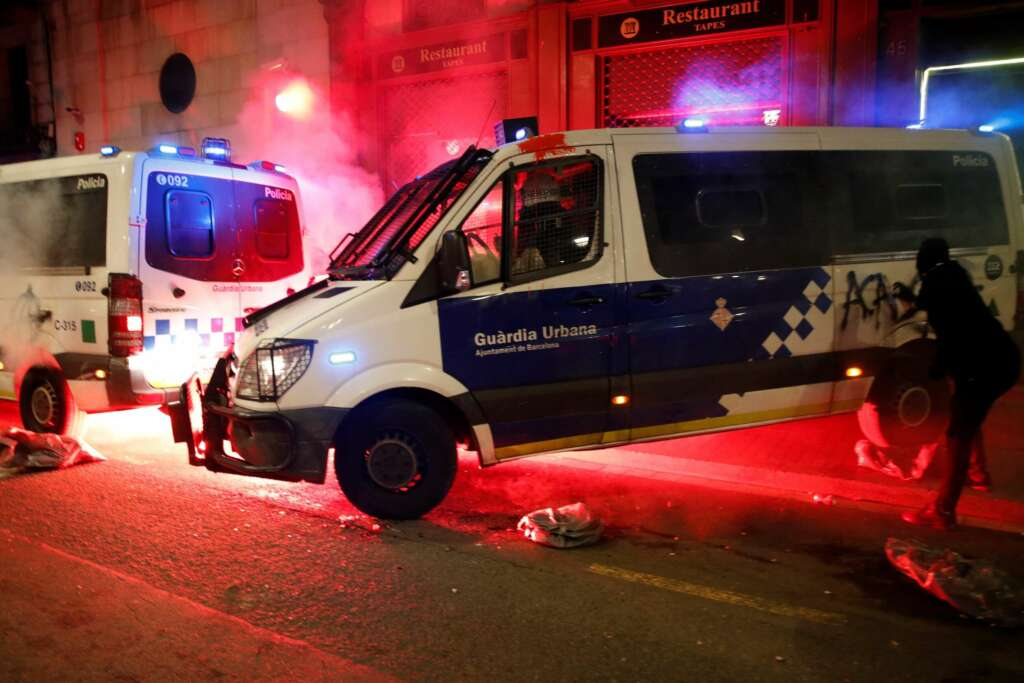 Los manifestantes atacan la comisaría de La Rambla con cócteles molotov durante la marcha para pedir la libertad de Pablo Hasel, el sábado en Barcelona. EFE/Alejandro García