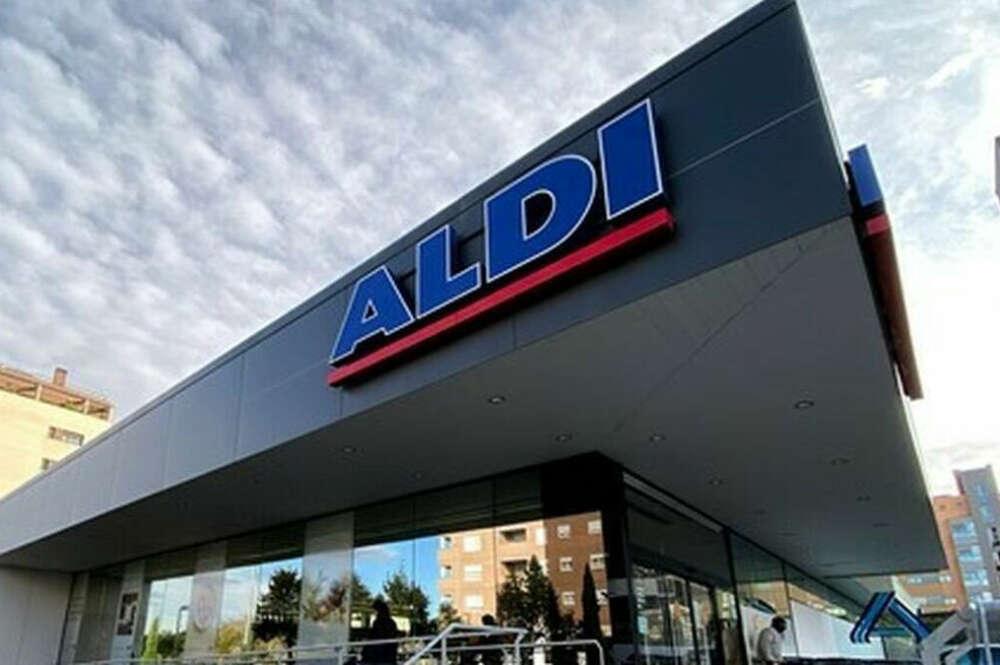 Imagen exterior de un supermercado de Aldi. que promociona la línea de cosmética del mar Muerto