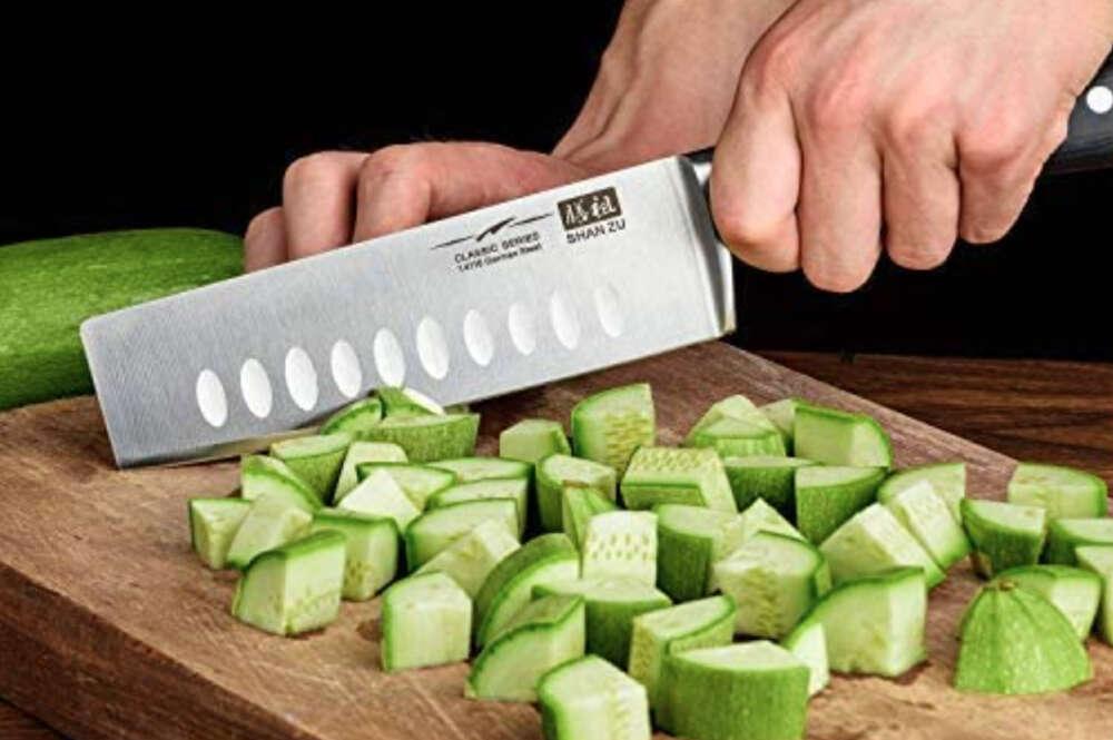 El cuchillo japonés de Amazon mientras corta verduras