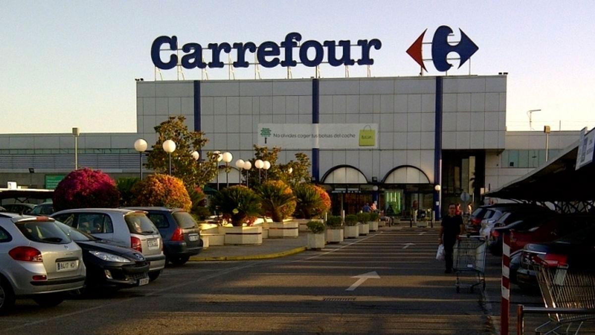 Exterior de un establecimiento de Carrefour que comercializa la piscina tubular